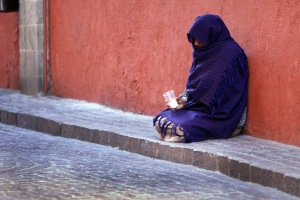 Woman beggar in Guanajuato, Mexico. Photo by Tomas Castelazo [CC-BY-SA-3.0]